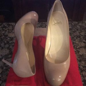 Beige patent leather heel with round toe